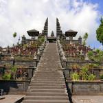 聖なるアグン山に抱かれたブサキ寺院