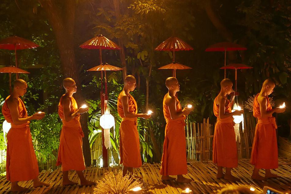 タイ・チェンマイ 子供の仏教とローソク