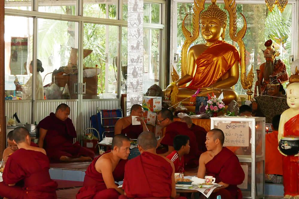 タイ・チェンマイの寺院 ワットクータオ Wat Ku Tao お坊さん食事