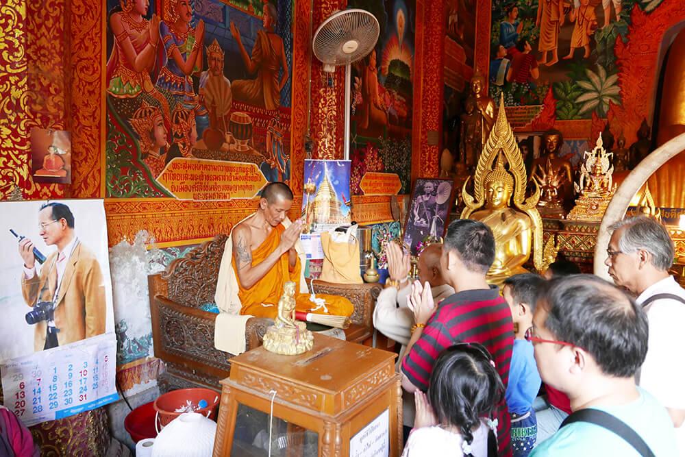 ワット・プラタート・ドイ・ステープ Wat Phra That Doi Suthep お経を唱える、お坊さんと人々