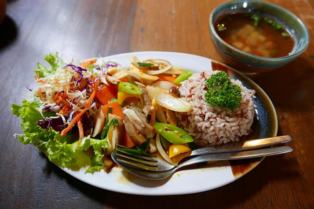 ベジタリアン・キノコとパプリカの辛みそ炒め、玄米ご飯・ショウガスープ付き