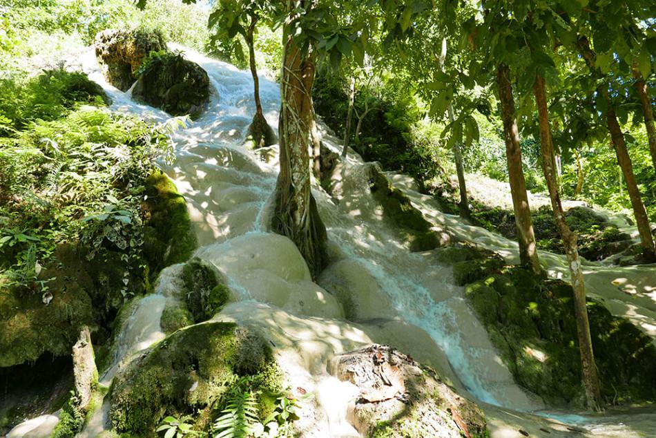 世界一周で訪れたタイ・チェンマイのネバネバ滝と虹色の泉 〜Bua Thong Waterfall